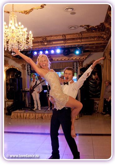 прикольный танец жениха и невесты на свадьбе