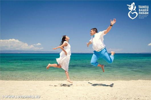 постановочный танец на берегу моря